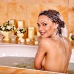 お風呂の中で簡単に実践できるバストアップエクササイズを紹介